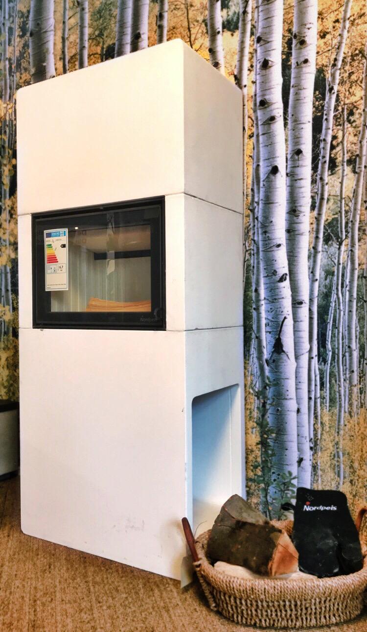 Ausstellungsstück durch Umbau des Showrooms  Stockholm ist eine platzsparende Kaminanlage, gut geeignet für kleinere Räume und Wohnungen. Die Oberfläche ShapeStone light eignet sich ohne weitere Oberflächenveredlung nicht als Sichtbeton. Wir haben…