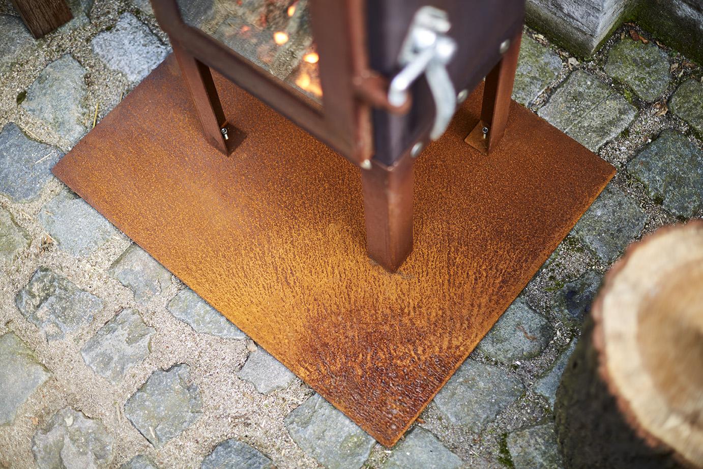 Die passende Bodenplatte für Ihren Gartenkamin, Modell Piquia.  Die Auslieferung erfolgt im stahlblanken Zustand. Das Material patiniert je nach den Witterungsverhältnissen.(Durch den Einsatz einer Salz- oder Säurelösung kann die Rostbildung beschleunigt…