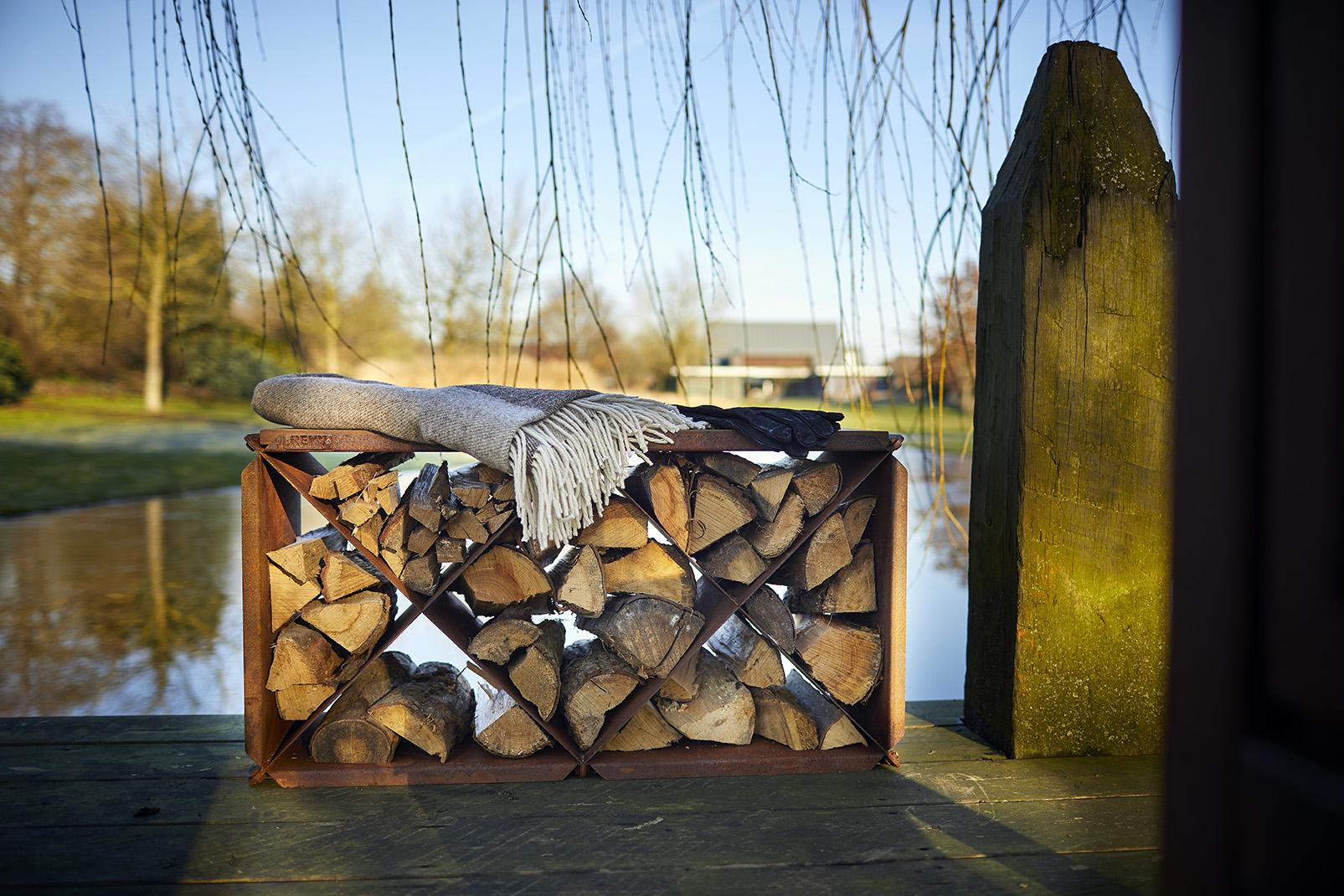 Der Woodstorage / Hocker BloX ist ein praktisches Holzlager von rb73. Hergestellt aus 2 mm Cortenstahl. Es ist ein schönes Accessoire für den Gartenkamin und bildet eine schöne und attraktive…