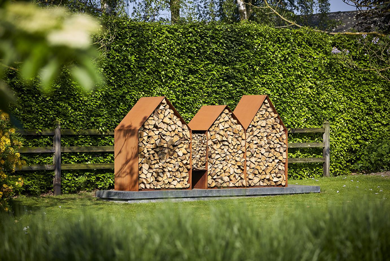 'Bruges' ist ein Holzlager aus Cortenstahl. Entworfen vom belgischen Designer Jan Kuppers (Kuppers & Wuytens). Die Form ist von der typischen belgischen Fassadenkonstruktion inspiriert. Bei der Konstruktion war eine einfache…