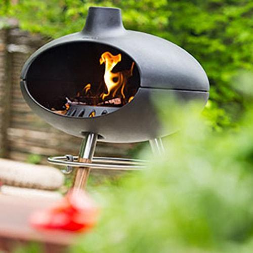 Grill und Gartenkamin, der mit passender Tür auch als Räucherofen genutzt werden kann.  Durch die größere Öffnung zur Brennkammer, wird die Sauerstoffzufuhr erhöht und damit die Verbrennung deutlich verbessert. Freier Blick…