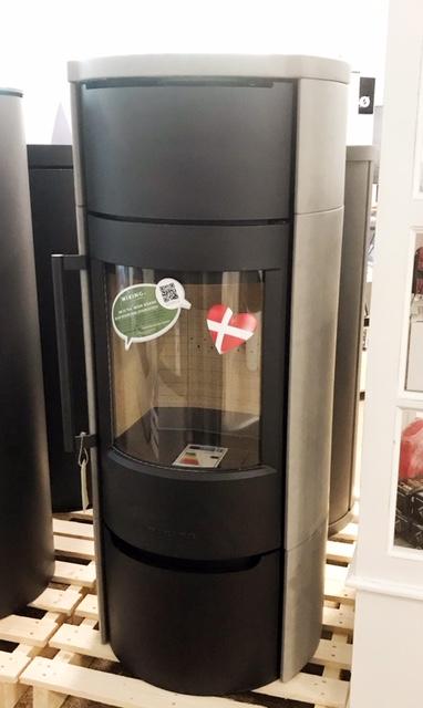 Ausstellungsstück durch Umbau des Showrooms  Alle WIKING Modelle sind Konvektionskaminöfen. Das bedeutet, sie erwärmen sich sehr schnell und verteilen die Luft im Raum.    Der WIKING Luma 6 mit Keramik verleiht dem Kaminofen…
