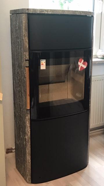 Ausstellungsofen durch Umbau des Showrooms  Wohltuende Strahlungswärme durch die warme Oberfläche der Natursteinhülle. Der VAIO 10 beeindruckt durch eine große Ofenfront aushochwertiger Glaskeramik, einfache Bedienung durch die eingebaute automatische Verbrennungsluftregelung, langanhaltende…