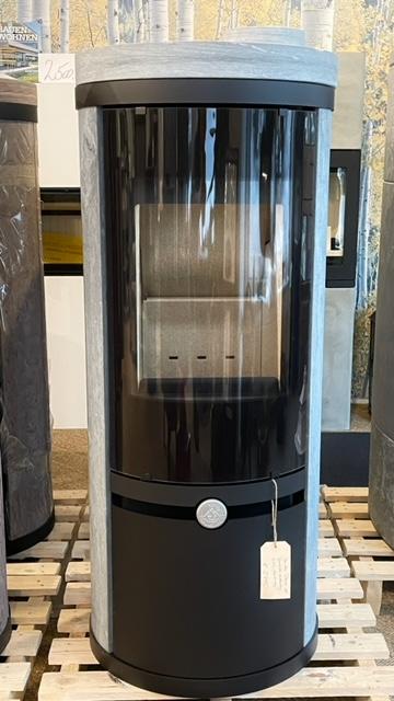 Der DANOS 120 besitzt einen extra hochliegenden Feuerraum. Somit ist er perfekt für den Einsatz in Wohn-/ Esszimmersituation geeignet. Der Stahlofen mit Verkleidung aus Naturstein ist 126cm hoch.  …