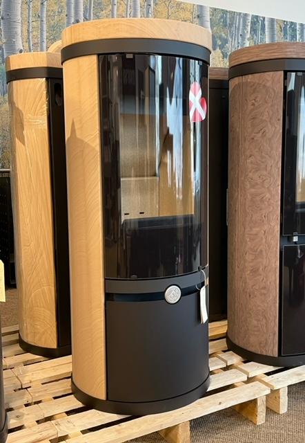 Der DANOS 120 besitzt einen extra hochliegenden Feuerraum. Somit ist er perfekt für den Einsatz in Wohn-/ Esszimmersituation geeignet. Der Stahlofen mit Verkleidung aus Naturstein ist 126cm hoch.…